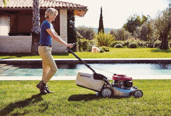 Honda HRG466SKEP Lawnmower Action1