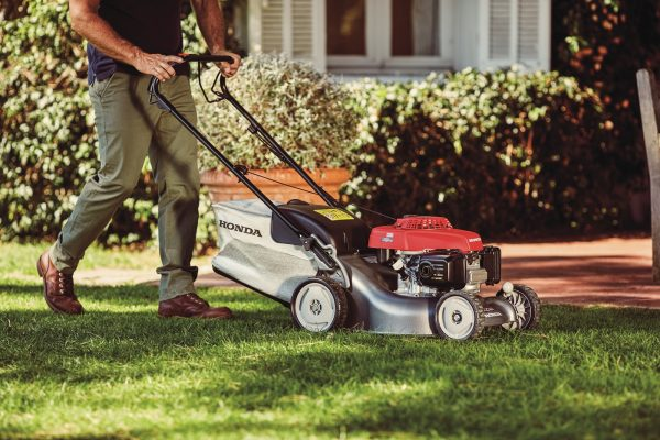 Honda HRG466SKEP Lawnmower Action2
